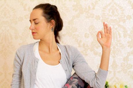 Video jóga online pro ženy. Jóga z obýváku.