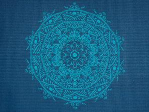 Krásná modrá podložka na jógu pro cviční jóg doma i v jóga studiu.