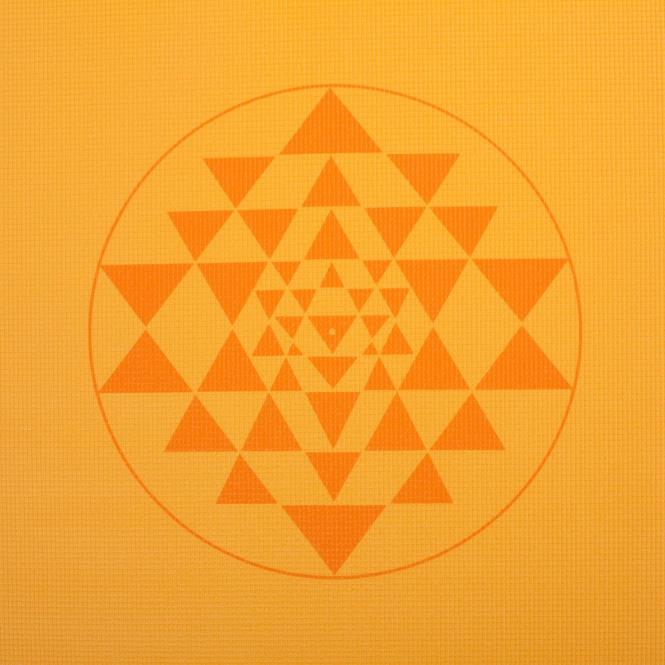 Podložka pro jógu s potiskem mandaly / yantry žluté barvy.