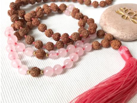Jóga šperk Mala pro krásu a meditaci z růženínu a rudrakshi.