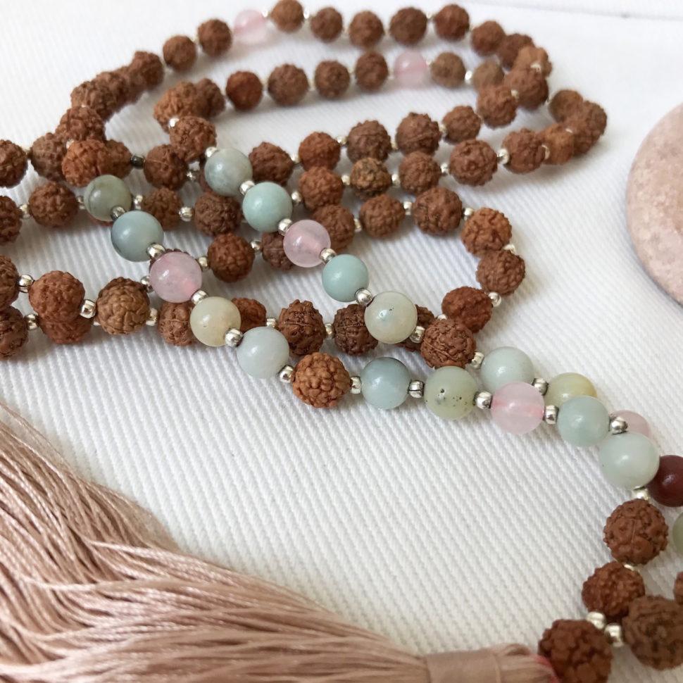 Jóga náhrdelník Mala z minerálů a rudrahi.