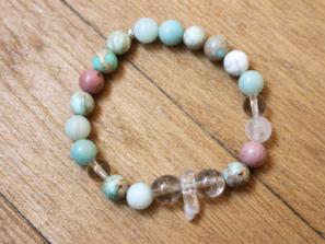 Náramek z křišťálu a drahých kamenů pro milovníky jógy.