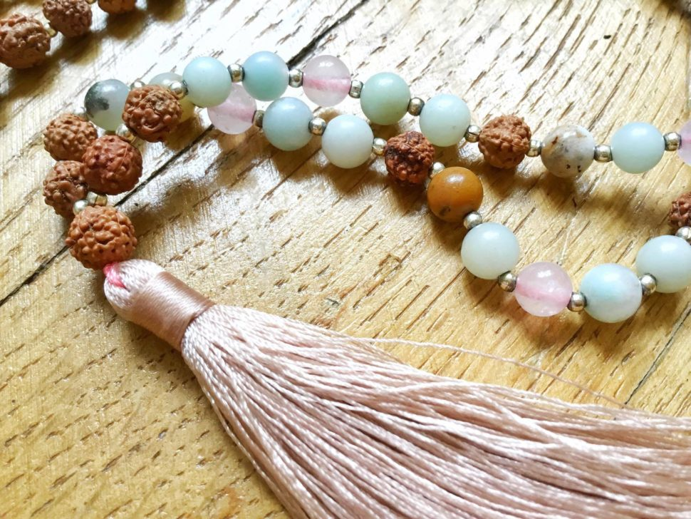 Jóga šperk - mala z rudrakshi a polodrahokamů.