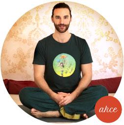 Cvičení jógy online podle videí na Józe z obýváku s Pavlem Hubem.