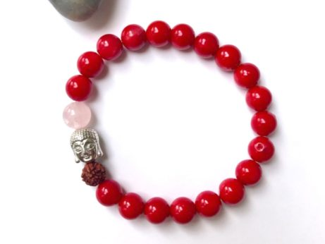 Jóga náramak z červeného korálu v ehopu jógy z obýváku.