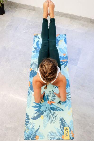Krásná a kvalitní jóga podložka z povrchem z mikrovlákna.