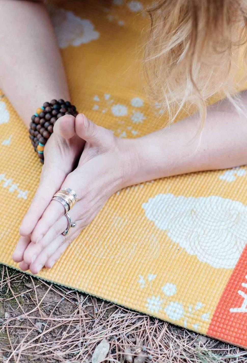 Krásná designová jóga podložka s vysokou kvalitou pro domácí jógu i jógu ve studiu.