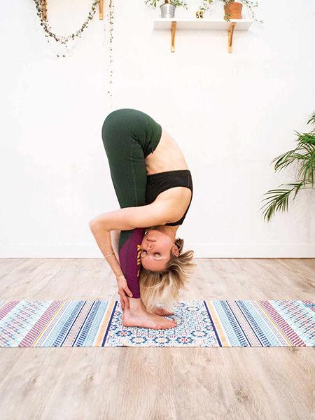 Krásná designová jóga podložka s vysokou kvalitou pro domácí jógiu i jógu ve studiu v eshopu Jóga z obýváku.