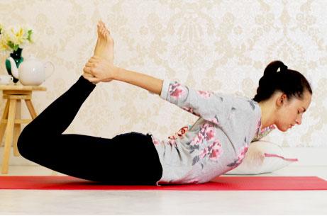 Krásné video lekce jógy. Jóga zobýváku.