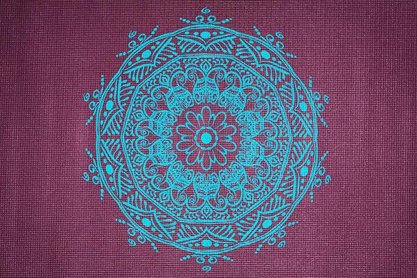 Krásná podložka pro cvičení jógy s mandalou.