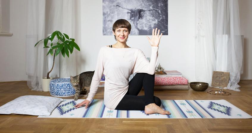 Cvičení jógy online podle videí od jógy zobýváku.