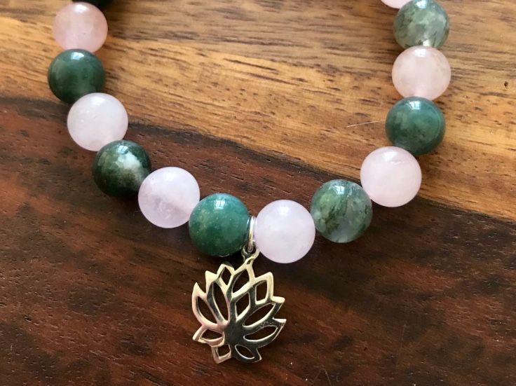 Krásný náramek s přívěskem lotosu pro joógu i běžné nošení.