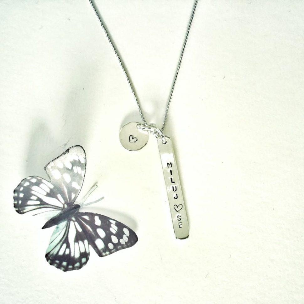 Stříbrný šperk insprovaný jógou pro podporu sebelásky.