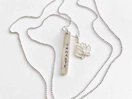 Stříbrný řetízek Namaste s Lotosem inspirovaný jógou pro jogínku a každou ženu.