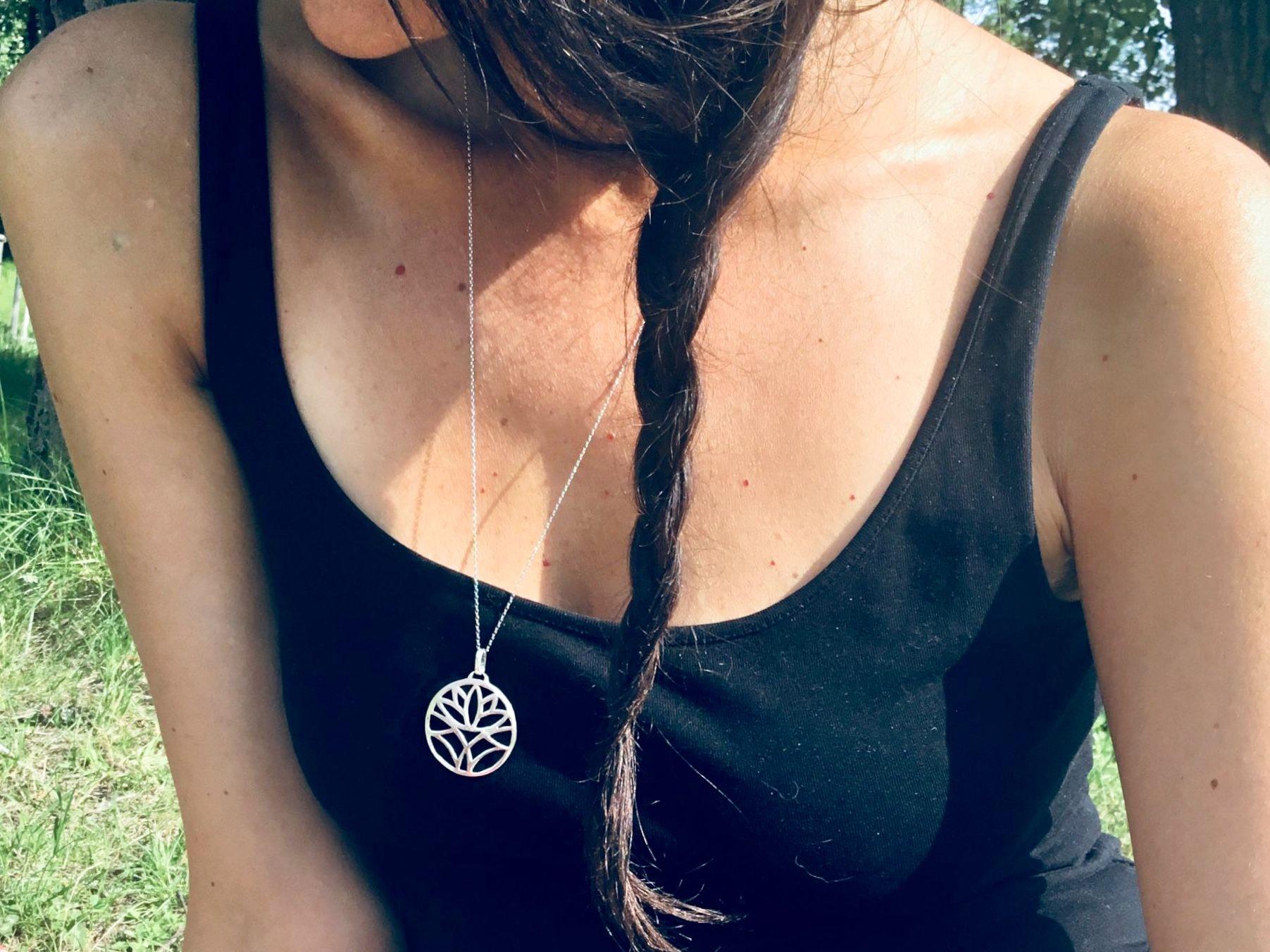 Krásný dárek pro jogínku i nejogínku za kategorie našich jóga šperků se stříbrným přívěskem.