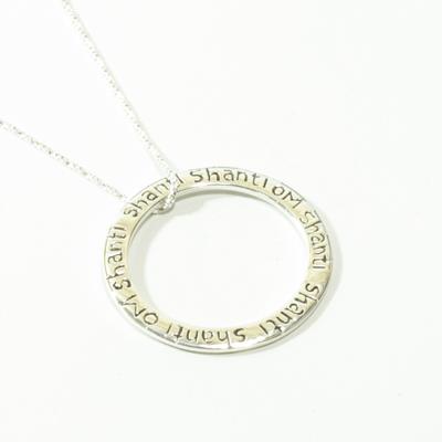 Krásný jóga šperk zBali smodlitbou om shanti je vhodny darek nejen pro jogínku.