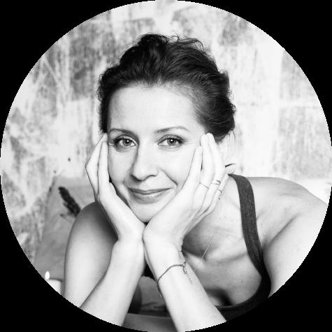Lektorka jógy Lucie Konigová učí jģovou terapii ave spolupráci sJógou zobýváku natočila spousty video lekcí jógy.
